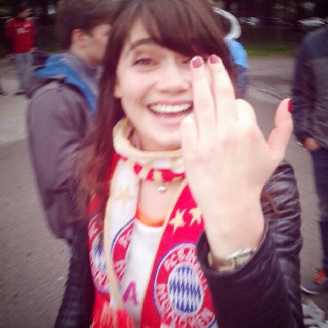 Fräulein Berger zeigt die FC-Bayern-Maniküre und den neuen FC-Bayern-Schal
