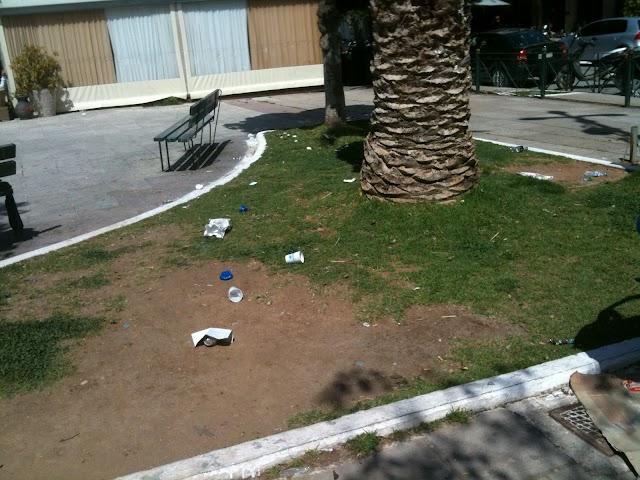 Πλατεία γεμάτη σκουπίδια λόγω απουσίας προσωπικού και άλλα κουλά...