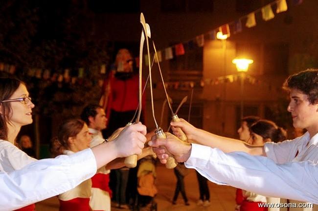 Bastoners de Malla a punt de ballar amb volants. Ball de Segadors.