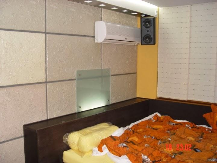 Нестандартна спалня с ръчно правена лампа от матово стъкло