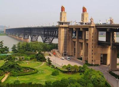 http://4.bp.blogspot.com/-ycxYuReRzU0/UbQEf9NsuEI/AAAAAAAAM34/tqst-nH4BYg/s1600/9.+Jembatan+Sungai+Yangtze+Nanjing.jpg