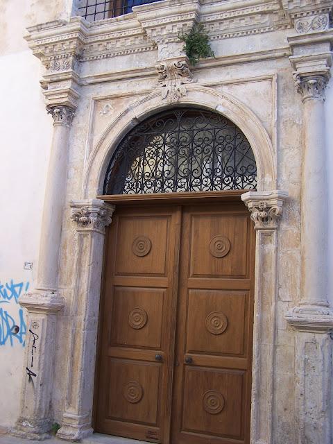 Aziz Francis Kilisesi'nin kapısı, Resmo