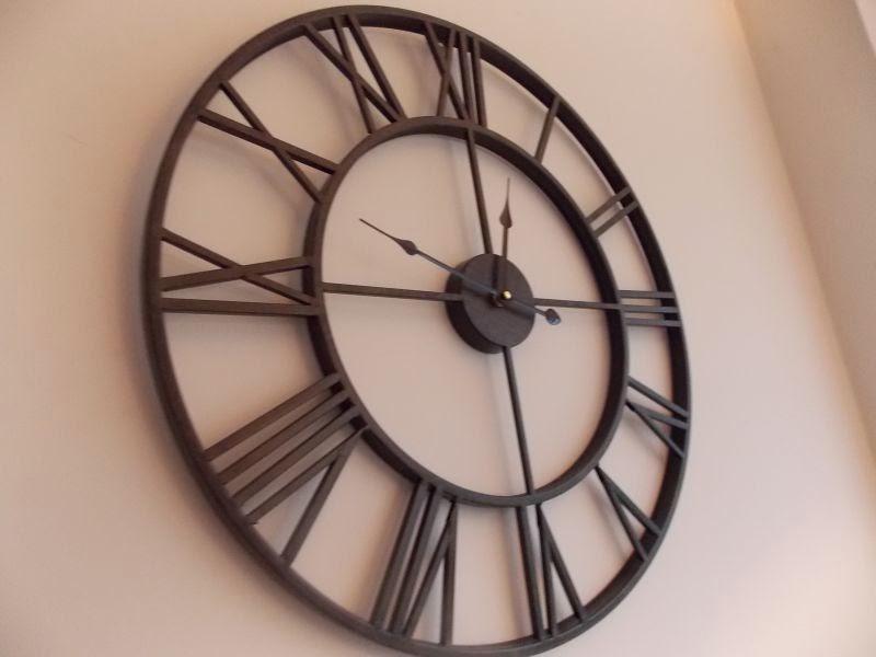 duży zegar na ścianę