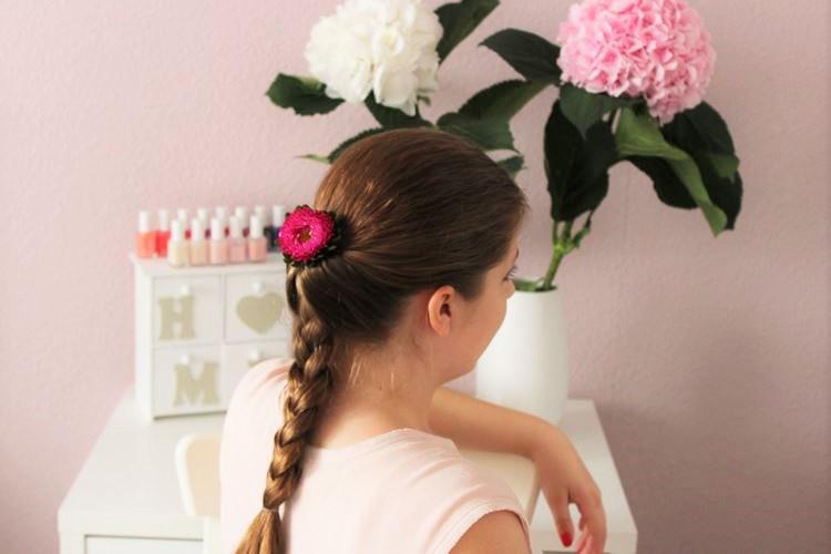 geflochtener Zopf mit Blumen im Haar