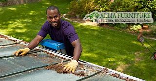 Membersihkan atap rumah saat hujan