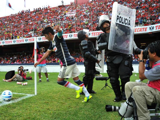 La afición veracruzana arrojó objetos desde la tribuna a Reyna y éste respondió con un gesto obsceno.