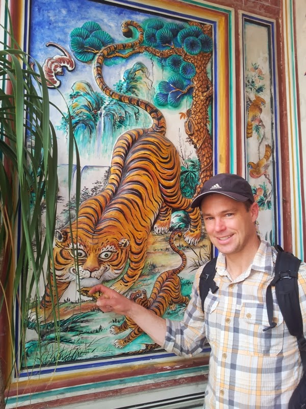 Bob finds a tiger at a Chinese temple  From Down Under to the Top of the World   blogger