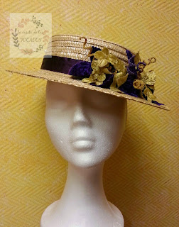 canotier natural con adornos en morado y dorado para boda de mañana