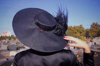 Pamela negra en cementerio