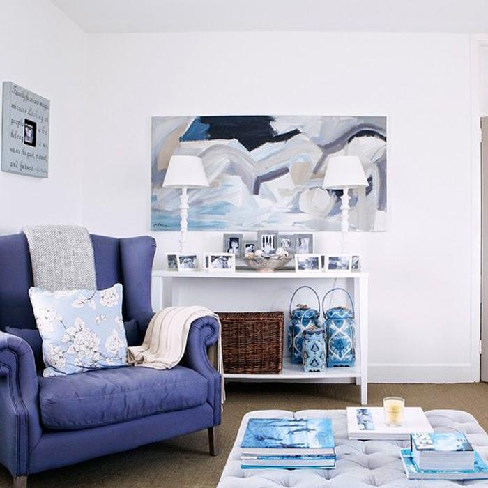 Niebieski fotel we wnętrzu marynistycznym