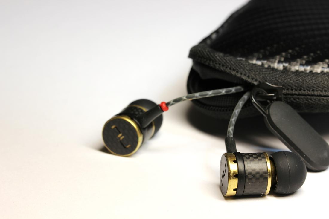 Kopfhörertasche mit NuForce NE800M In-Ear Kopfhörer
