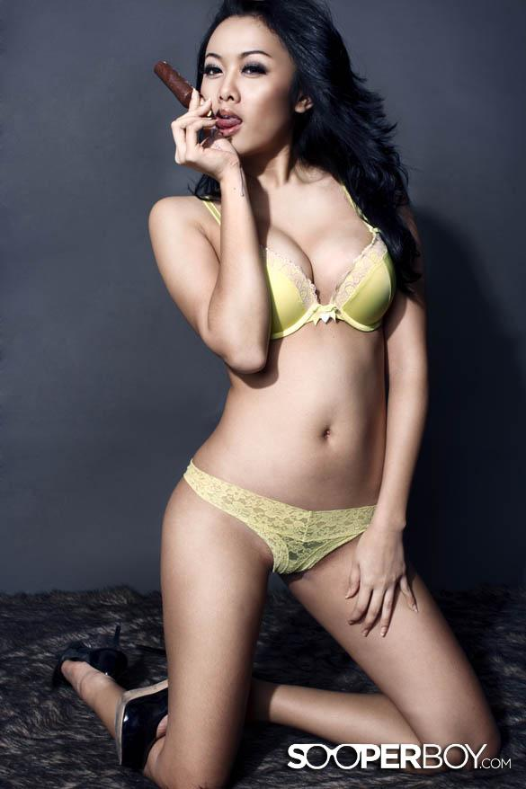 Foto Hot Devi Liu Model Seksi Majalah Dewasa