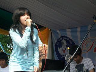 Foto Dera Indonesian Idol 2012 Saat Manggung Di Sekolah