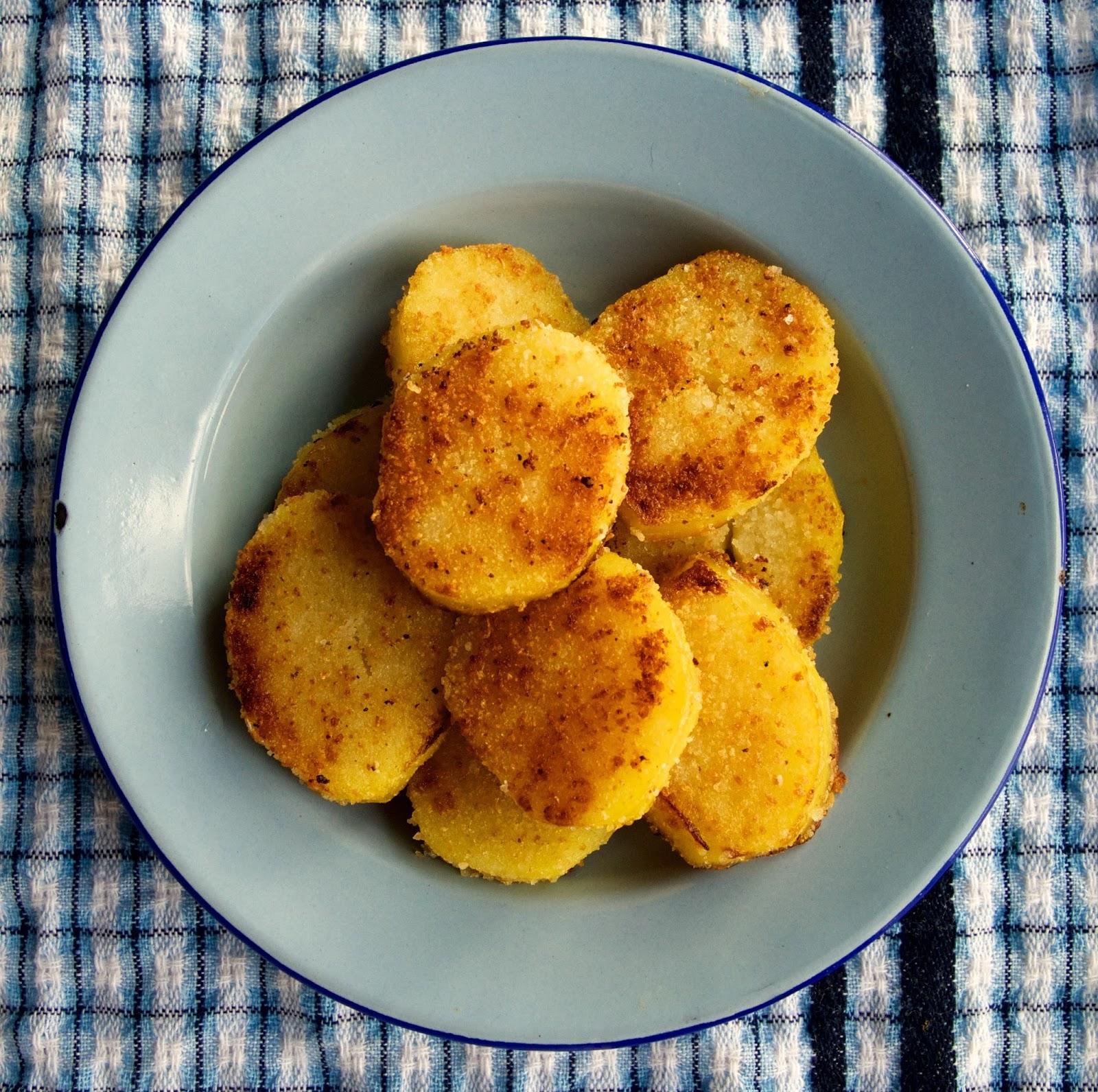 Keitetyt perunat pannulla