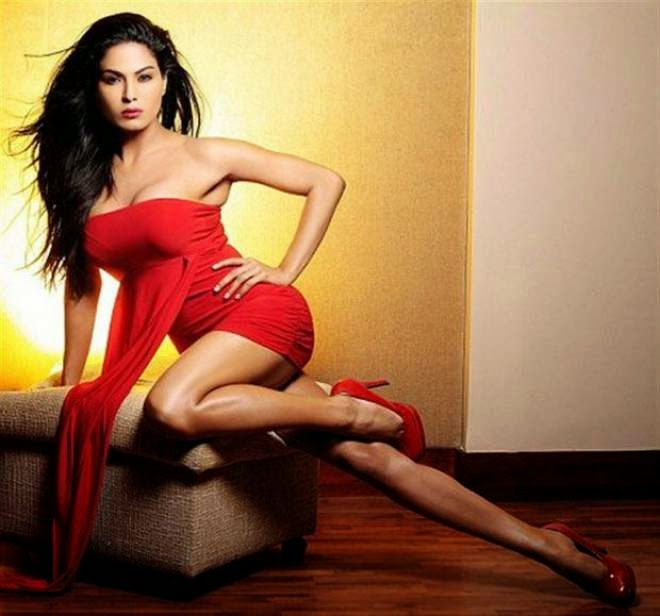 veena malik showing spicy legs photos