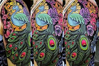 Ideias para tatuar pavão no braço feminino