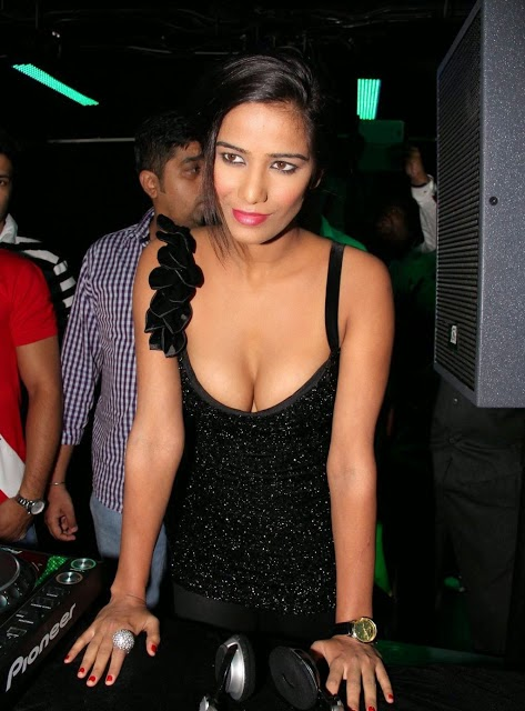 poonam pandey looking so hot pics