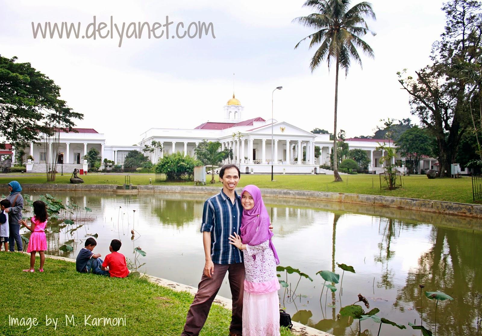 Berlatar Istana Bogor