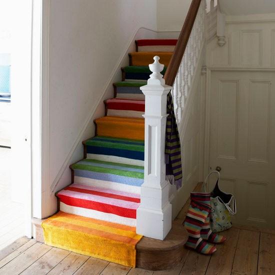 una forma sencilla prctica y econmica de renovar el aspecto de la escalera es aadir una colorida alfombra como esta de la foto