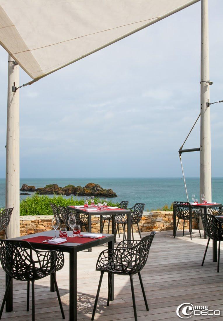 La terrasse du Bénétin au-dessus des Rochers Sculptés domine la mer.