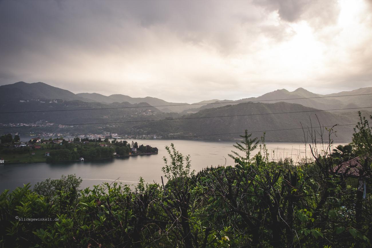 Abendlicht auf den Ortasee mit Regenwolken