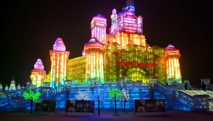 Las construcciones se iluminan por la noche con lámparas LED
