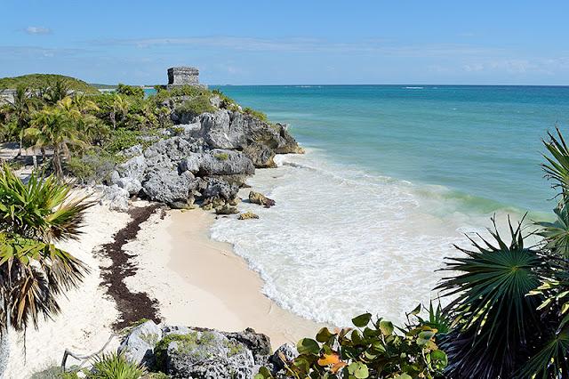 Le temple du Vent surplombant la mer des Caraïbes à Tulum