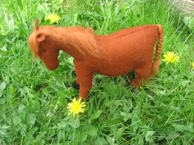 antroposofisch paard van vilt seizoentafel Atelier de Vier Jaargetijden