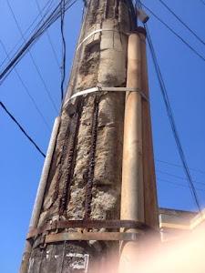 Pedaços de concreto continuam despencando do poste e a Coelba não toma providências