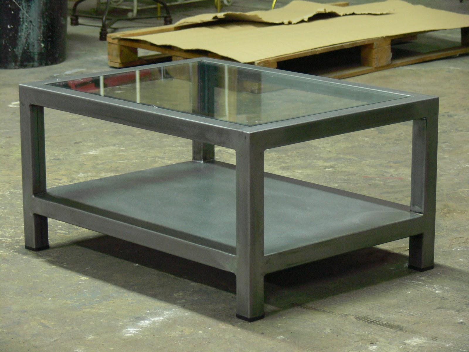 Mesas y sillas en metal de estilo industrial en hierro y for Mesas de hierro forjado y madera