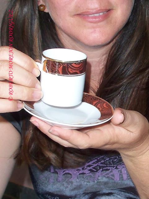 Una joven toma un buen café cubano en La Habana, Cuba