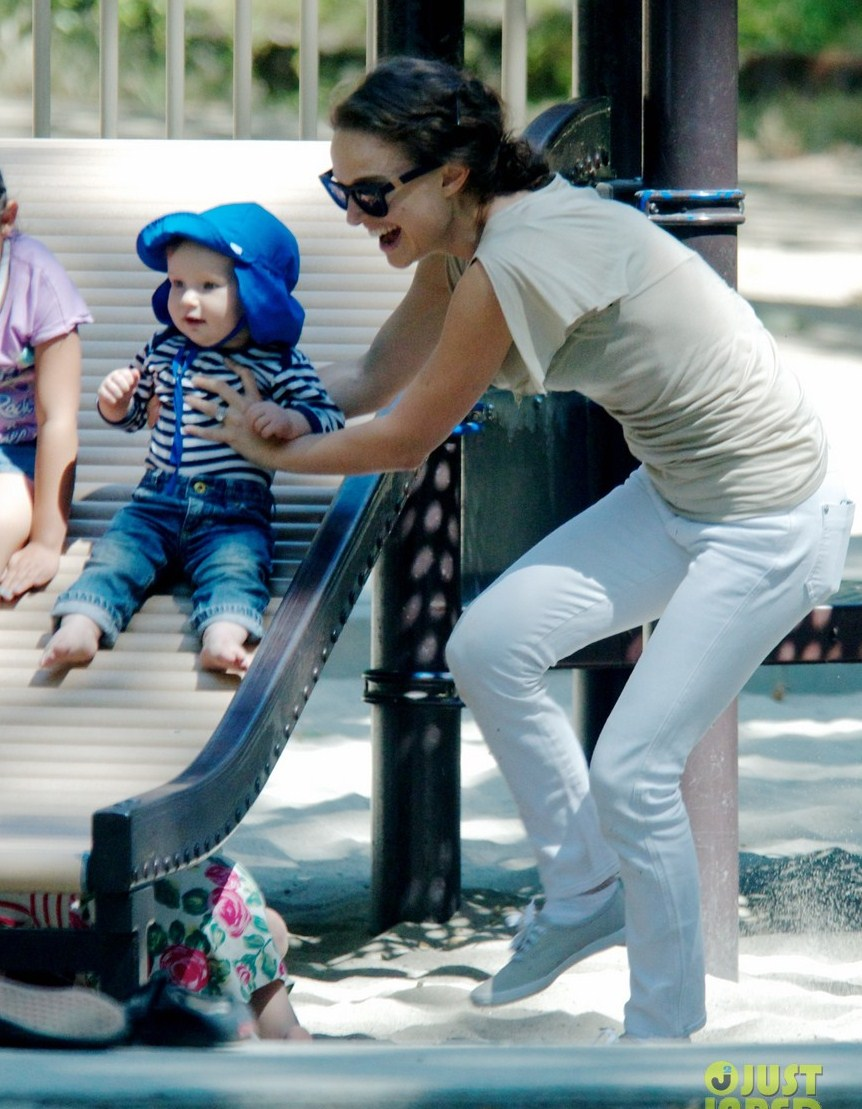 Memoirs of a redhead: Natalie Portman and her baby at the park