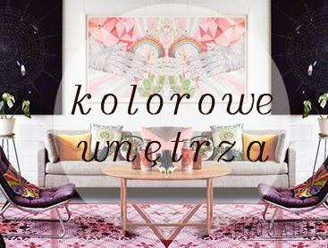 Duży obraz na ścianie w kolorowym pokoju z sofą na której są poduszki