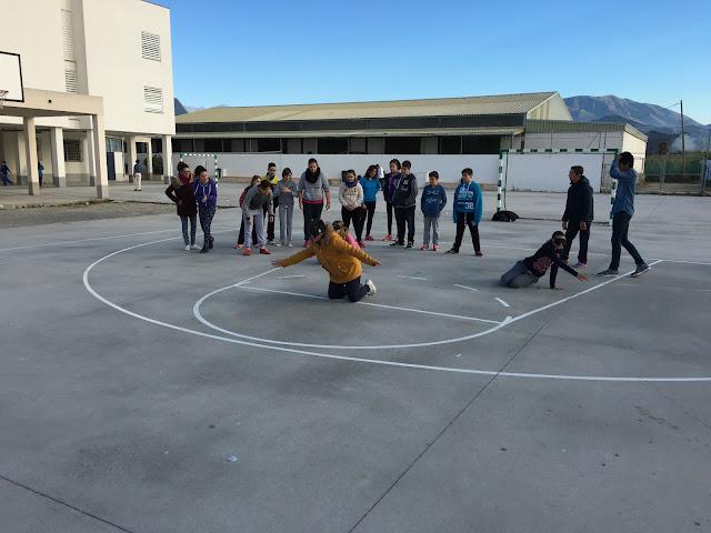 Los alumnos intentan detener la pelota de goalball con los antifaces puestos