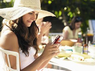 """Las mujeres son más proclives a suprimir """"amigos"""" en las redes sociales en línea que los hombres y también tienden a elegir parámetros de confidencialidad más restrictivos, según un estudio publicado este viernes en Estados Unidos. La encuesta llevada a cabo por el instituto de investigación Pew reveló además que los hombres subían a las redes casi dos veces más que las mujeres contenido del que luego se arrepentían. Según la encuesta, realizada entre abril y mayo de 2011 a cerca de 2.277 adultos, una media de 63% de los usuarios de redes sociales ha borrado gente de sus listas"""