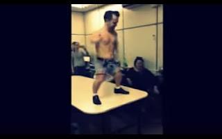 """No vídeo ainda é possível ouvir música alta, muitas risadas e gritos de """"aê, doutor"""". Segundo um funcionário da agência que representa o anão, ele foi contratado por uma mulher e a apresentação ocorreu na quarta-feira (2), no Departamento de Narcóticos (Denarc), em São Paulo."""