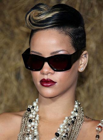 Rihanna kazıtılmış mohawk saç kesim modeli, Rihanna siyah kısa saçlara sarı balyaj ve Rihanna değişik sarmak saç modeli