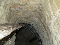 Detall de l'interior de la tina subterrània on s'aprecia els cairons de ceràmica vidrada