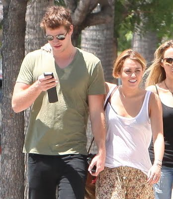 http://4.bp.blogspot.com/-yoVLPCysC5k/Tk9SHfFFimI/AAAAAAAAItc/h1mrCJwqhZM/s1600/miley-arm-around-liam-august-17-2011.jpg
