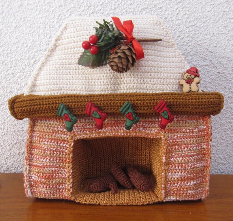 Chimenea amigurumi con decoración navideña