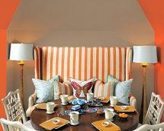 Salón con tonos tierra y naranja