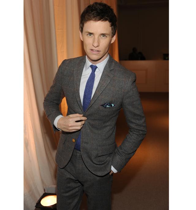 el estiloso eddie redmayne con traje gris