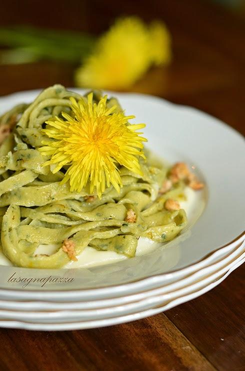 http://lasagnapazza.blogspot.it/2013/05/tagliatelle-al-tarassaco-con-fiori-e.html