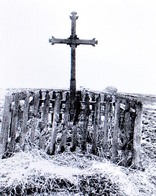 Gowarczów, dawny widok mogiły powstańczej 1863 na dworskich polach. Fot. w: Henryk Mościcki, Pomniki bojowników o niepodległość 1794-1863.