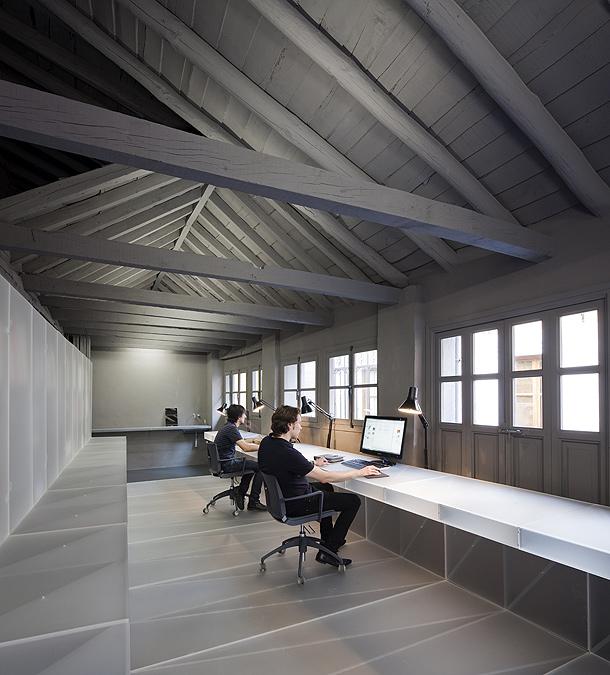 Ilia estudio interiorismo una oficina revestida en for Interiores de oficinas minimalistas
