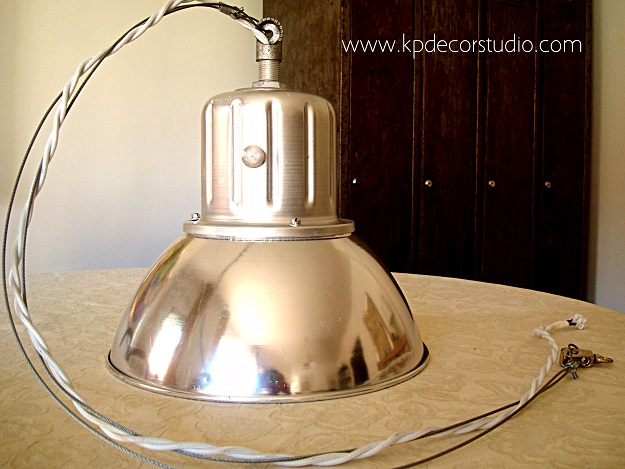 Tienda de lámparas industriales de aluminio restauradas para uso doméstico y decoración de restaurantes y bares