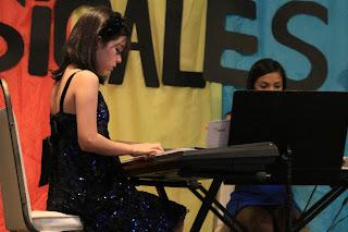 Natalia durante el recital de las clases de piano