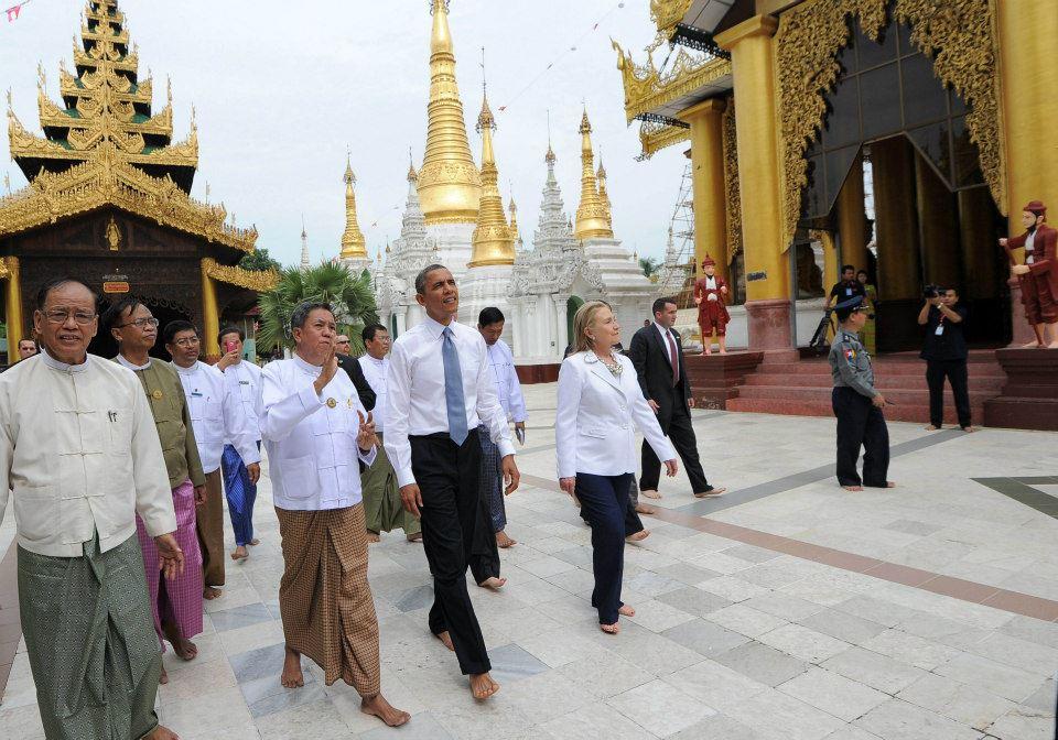 Dengan bertelanjang kaki Presiden Obama,Sekretaris Negara AS Hillary Clinton melakukan tur tak terencana ke Stupa Shwedagon, Rangoon, Birma, 19 Nov. 2012. (Foto: dfb8888.net)