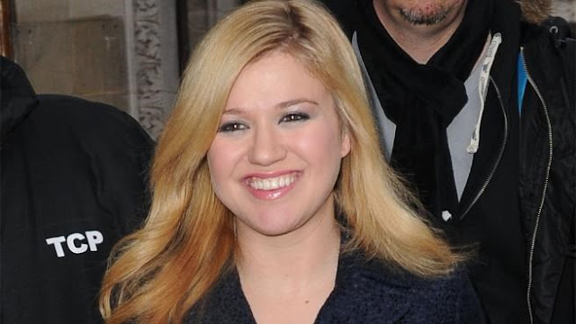 ARTS AND ENTERTAINMENT, Hollywood, Celebrity, Gossip, Latest Celebrity Gossip, Kelly Clarkson, freaks, out, about, engagement, ring
