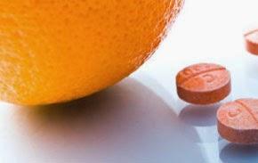 Imagem da laranja com a vitamina C de farmácia